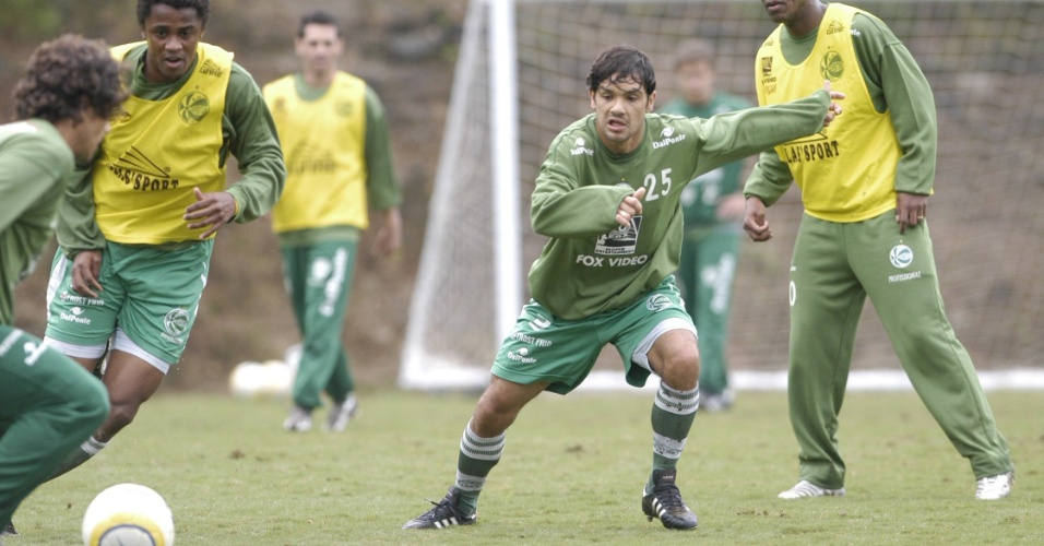 22.nov.2007 - O volante Lauro (centro) participa de treino ao lado de companheiros de Juventude, em Caxias do Sul (RS)