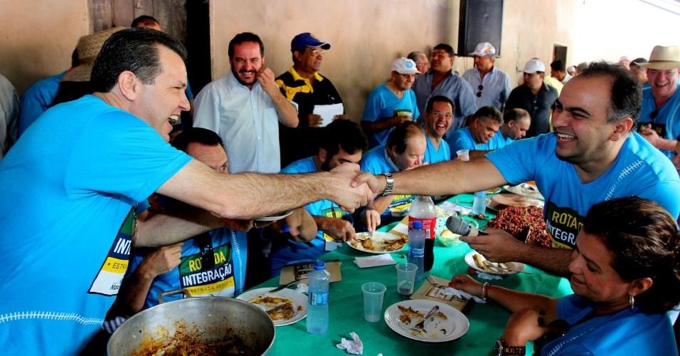 24.out.2011 - governador Silval Barbosa (PMDB) cumprimenta o secretário Francisco Vuolo (PR) durante viagem ao interior do Mato Grosso
