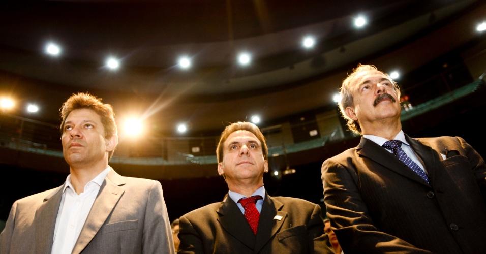 15.mai.2012 - O pré-candidato Fernando Haddad (PT), o prefeito de São Bernardo, Luiz Marinho (PT), e o ministro da Educação Aloizio Mercadante (PT)