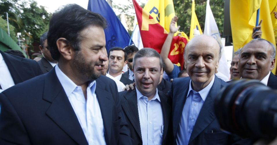 19.abr.2010 - José Serra (à direita) caminha pelas ruas de Belo Horizonte com o senador Aécio Neves (à esquerda) e o governador de Minas Gerais Antonio Anastasia (no centro) em encontro de lideranças do PSDB