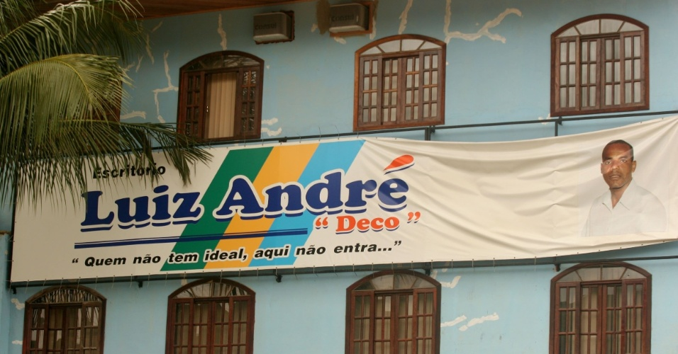 7.nov.2006 - Faixa com propaganda política do ex-vereador Luis Andre da Silva, o Deco, no morro da Chacrinha, zona oeste do Rio de Janeiro. Preso em Ele foi acusado de chefiar a milicia no local, e está preso desde 2011