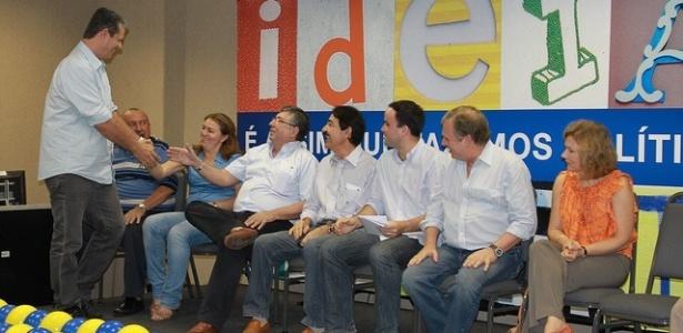Abr.2011 - Marcos Cals (PSDB), pré-candidato à prefeitura de Fortaleza, cumprimenta lideranças do partido durante a Convenção Municipal tucana