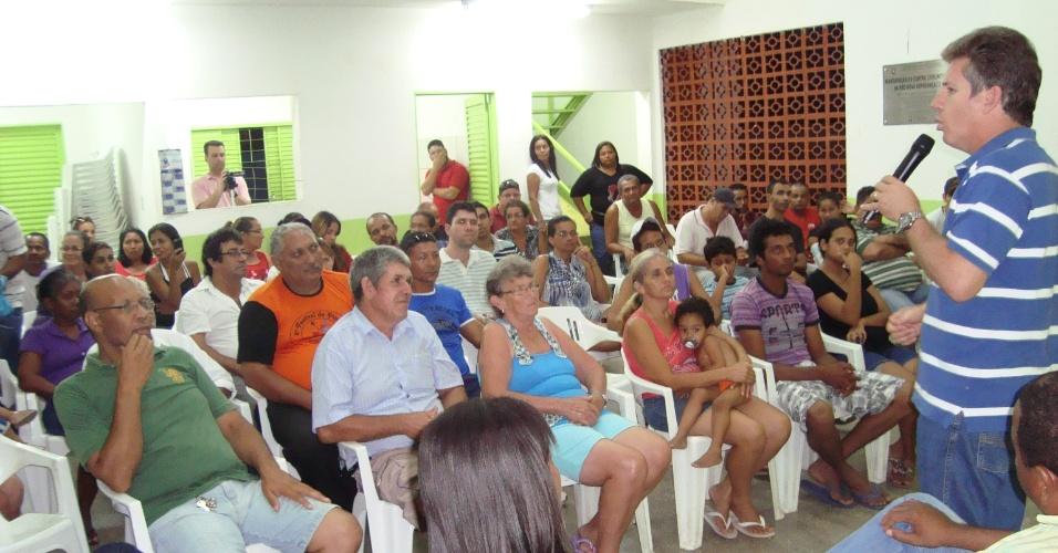 26.nov.2012 - Mauro Mendes (PSB), discursa em ato de filiação do partido no bairro Nova Esperança, em Cuiabá