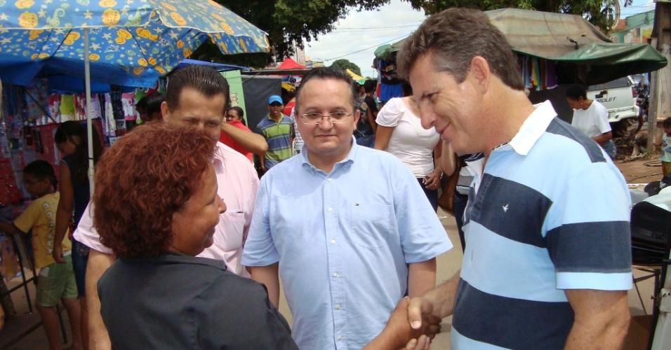 13.fev.2012 - Mauro Mendes (dir), pré-candidato à Prefeitura de Cuiabá pelo PSB, e o senador Pedro Taques (PDT) conversam com a população na feira do bairro Osmar Cabral