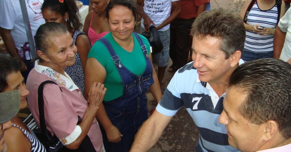 13.fev.2012 - Mauro Mendes (PSB), pré-candidato à prefeitura de Cuiabá, conversa com a população na feira do bairro Osmar Cabral