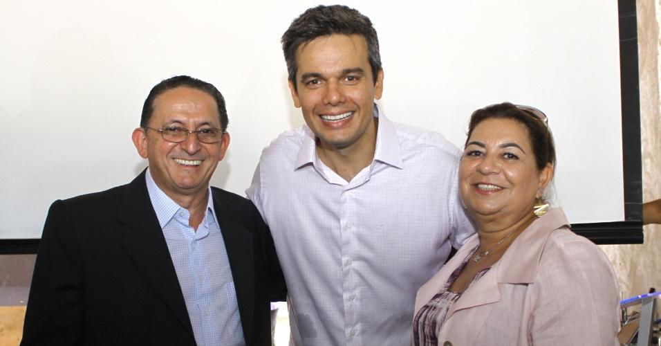 20 mar.2012 - Prefeito de Cuiabá e candidato à reeleição, Francisco Galindo (PTB), à direita, posa ao lado do ator Otaviano Costa no Hospital do Câncer de Cuiabá