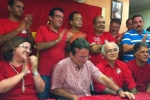 20.mai.2012 - João da Costa (centro), o atual prefeito de Recife, se emociona ao falar sobre a sua vitória na prévia do PT para definir o candidato da legenda à Prefeitura da capital pernambucana