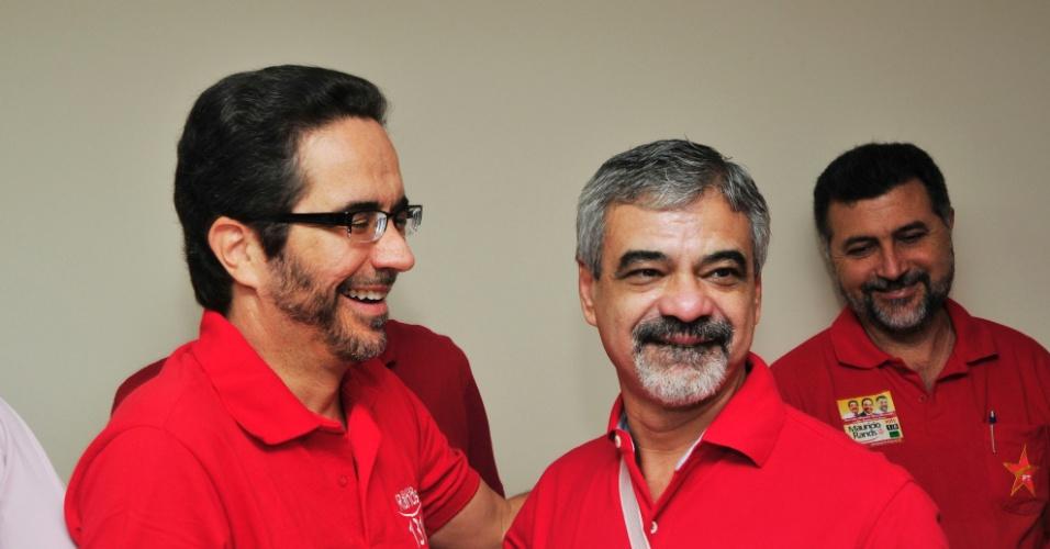 20.mai.2012 - Maurício Rands (à esquerda) recebe o apoio do senador petista Humberto Costa (à direita) nas prévias que decidiram o candidato do PT à Prefeitura de Recife neste domingo (20)