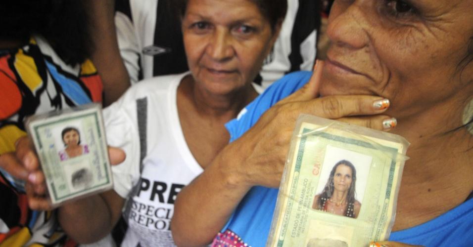20.mai.2012 - Militantes do PT exibem documento de identidade em fila para votação nas prévias que definem o candidato da sigla à Prefeitura de Recife neste domingo (20)