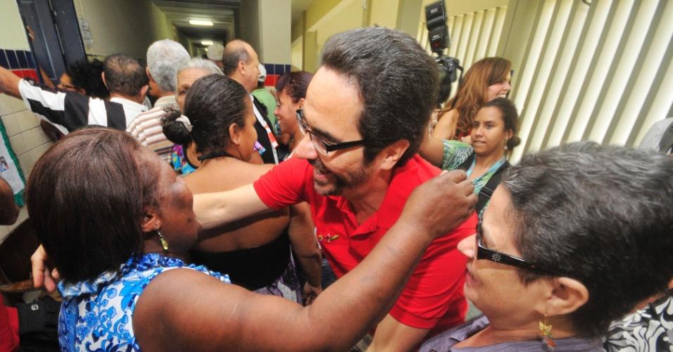 20.mai.2012 - o secretário de governo de Pernambuco, Maurício rands, cumprimenta simpatizantes durante votação que escolhe o candidato do PT à Prefeitura de Recife neste domingo (20)