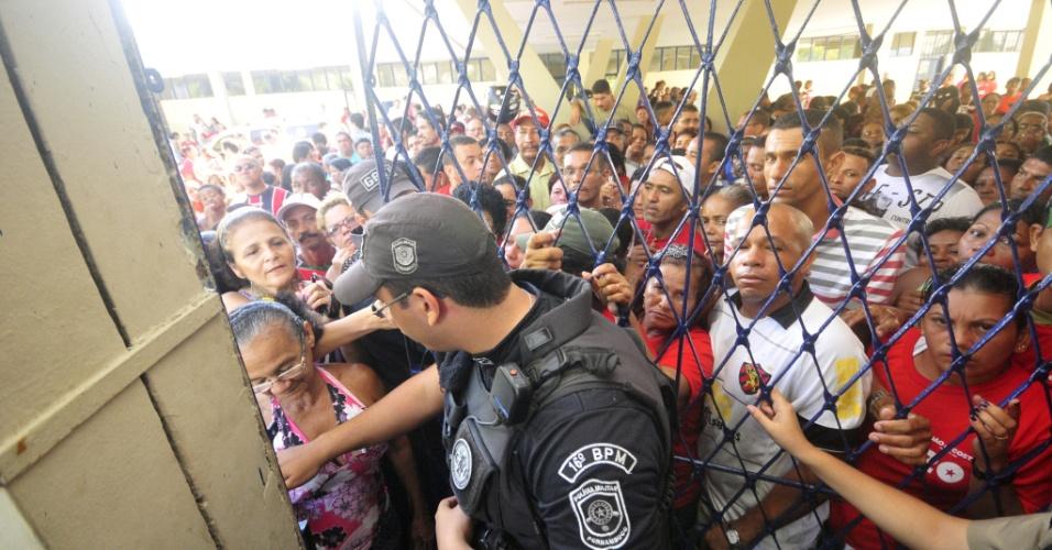 20.mai.2012 - Policial tenta controlar confusão entre militantes do PT durante votação que escolhe neste domingo (20) o candidato do partido à Prefeitura de Recife