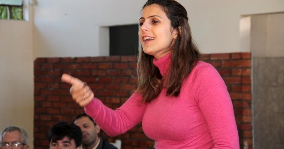 11.mai.2012 - Pré-candidata do PC do B à Prefeitura de Porto Alegre, Manuela D'Ávila, discursa para moradores do bairro Farrapos, na capital gaúcha