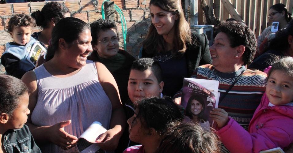 11.mai.2012 - Pré-candidata do PC do B à Prefeitura de Porto Alegre, Manuela D'Ávila, discursa para moradores do bairro vila Santo Antônio, na capital gaúcha