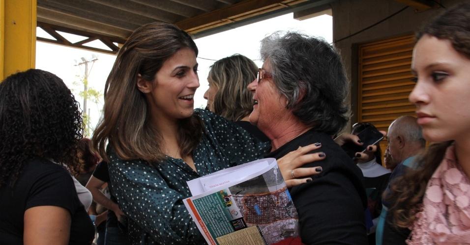 20.mai.2012 - Pré-candidata do PC do B à Prefeitura de Porto Alegre, Manuela D'Ávila, conversa com eleitora, na capital gaúcha