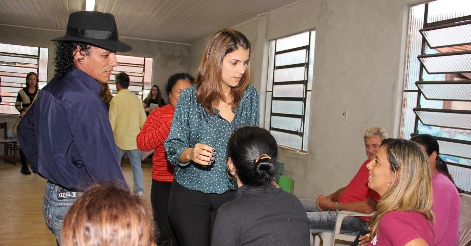 20.mai.2012 - Pré-candidata do PC do B à Prefeitura de Porto Alegre, Manuela D'Ávila, conversa com eleitores, na capital gaúcha