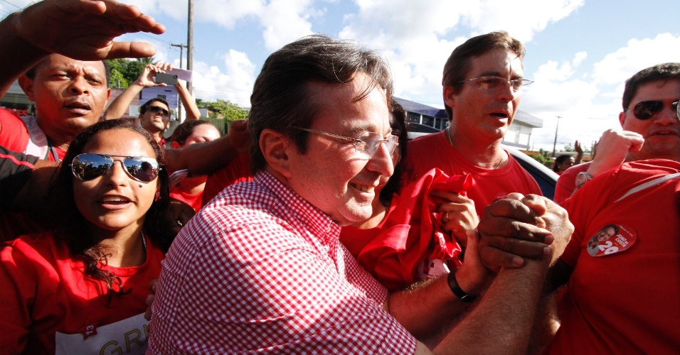 20.mai.2012 - Prefeito de Recife e pré-candidato do PT à reeleição, João da Costa, chega ao local em que ocorrem as prévias do partido. Costa disputa a indicação com Maurício Rands