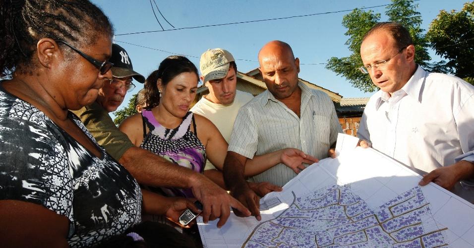 24.mar.2012 - Pré-candidato do PT à Prefeitura de Porto Alegre, Adão Villaverde, conversa com eleitores na Lomba do Pinheiro, na zona sul da capital gaúcha