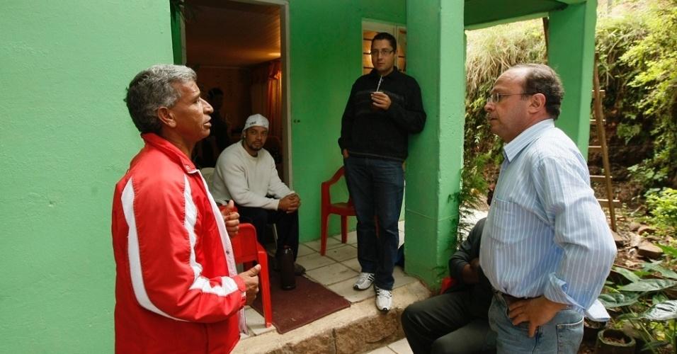 28.abr.2012 - Pré-candidato do PT à Prefeitura de Porto Alegre, Adão Villaverde, conversa com eleitores na Vila Glorinha, na zona sul da capital gaúcha