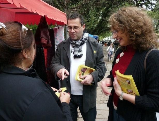 2010 - Pré-candidato à Prefeitura de Porto Alegre, Roberto Robaina, conversa com eleitores no Parque da Harmonia, no bairro Praia de Belas, na capital gaúcha