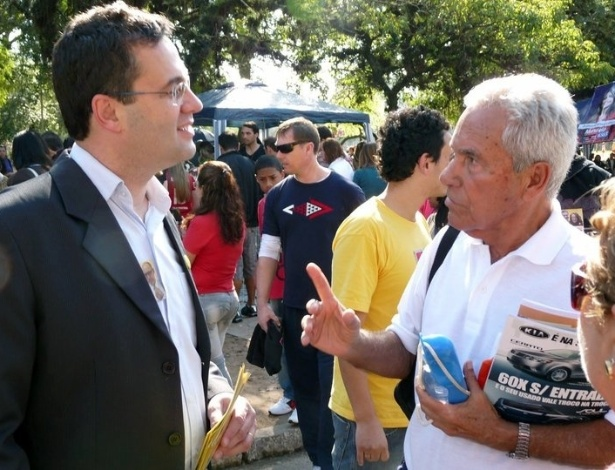 2010 - Pré-candidato à Prefeitura de Porto Alegre, Roberto Robaina, discursa para eleitores no Parque da Harmonia, no bairro Praia de Belas, na capital gaúcha