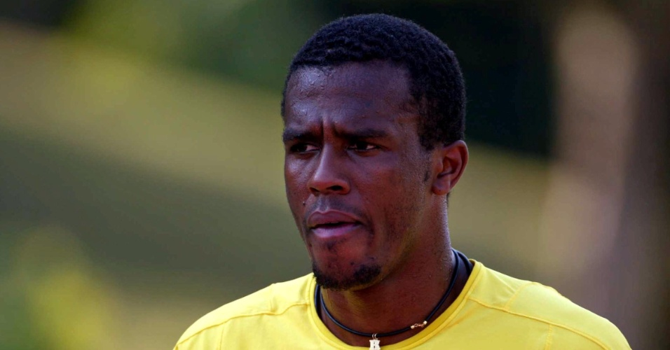 22.mai.2002 - Roque Júnior treina com a Seleção Brasileira no centro esportivo do Malaysian Bank, Em Kuala Lumpur.