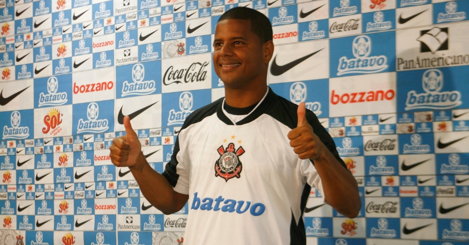 8.jan.2010 - Apresentacao de Marcelinho Carioca como o embaixador do centenario do Corinthians