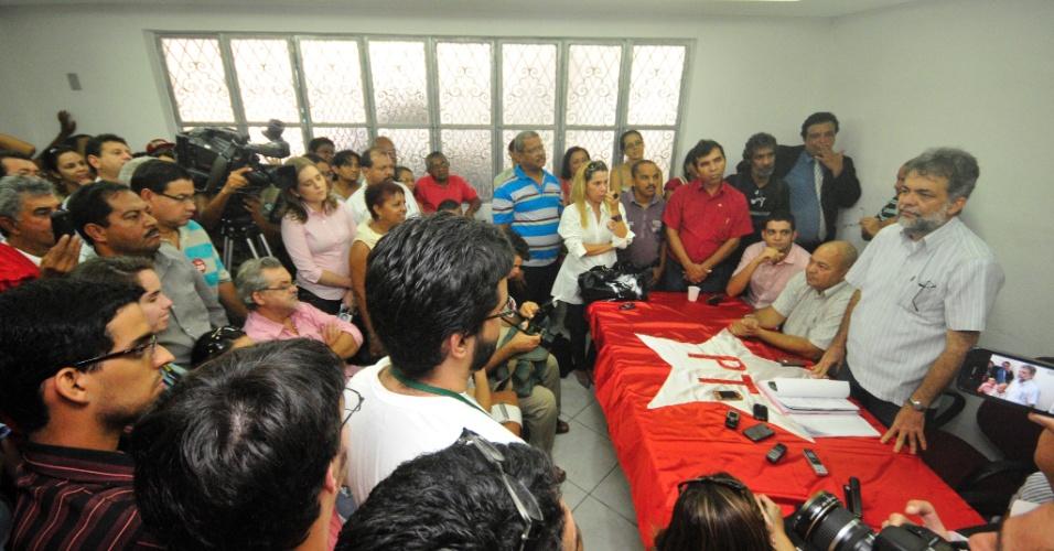 Presidente do PT no Recife, Oscar Barreto, durante entrevista coletiva depois de prévias