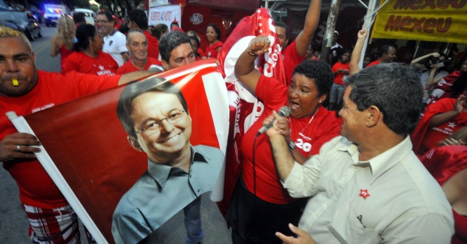 24.mai.2012 - Grupo ligado ao prefeito de Recife, João da Costa, organiza uma manifestação em frente ao Diretório Municipal do PT, em Santo Amaro, área central da capital pernambucana, para questionar a legitimidade da prévia petista do último domingo (20)