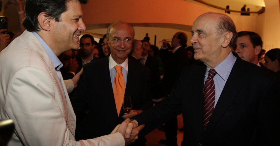 24.mai.2012 - Pré-candidatos do PT, Fernando Haddad, e do PSDB, José Serra, se cumprimentam em evento promovido pelo jornal