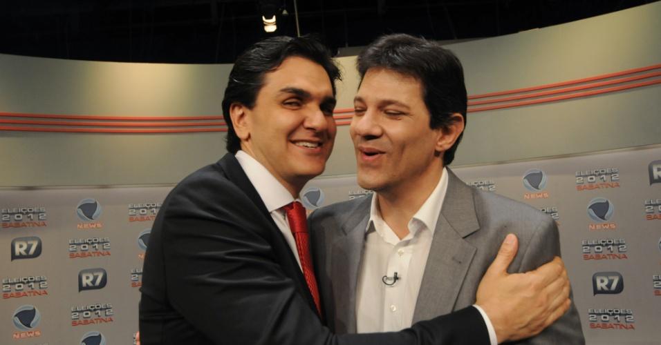31.mai.2012 - Os pré-candidatos Gabriel Chalita (PMDB) e Fernando Haddad (PT) se abraçam em encontro na sabatina organizada por
