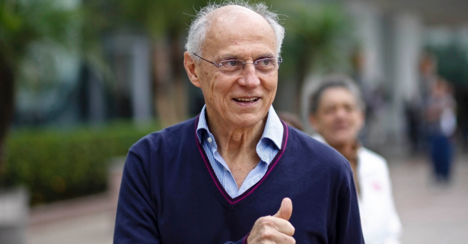 02 jun. 2012 - Senador Eduardo Suplicy chega para o 18º Encontro Municipal do PT, em São Paulo, onde foi lançada a candidatura de Fernando Haddad