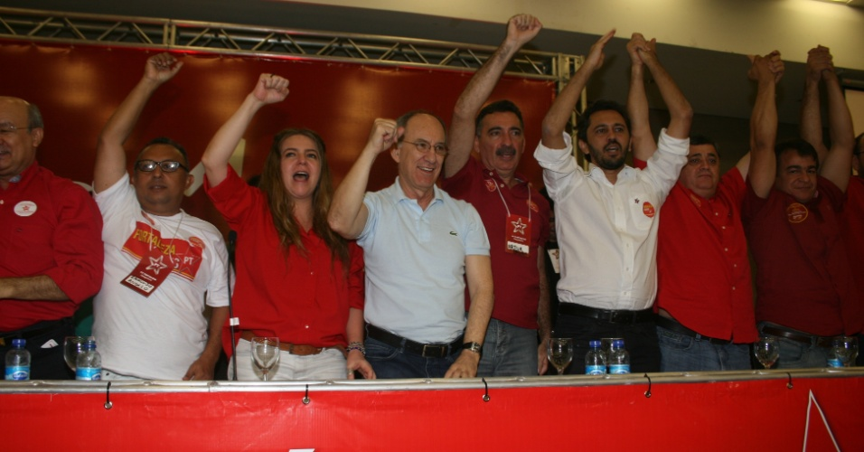 3.jun.2012 - Elmano Freitas (à direita, de branco) é escolhido pré-candidato do PT à Prefeitura de Fortaleza. Ele é secretário municipal de Educação na gestão de Luizianne Lins (esq.)