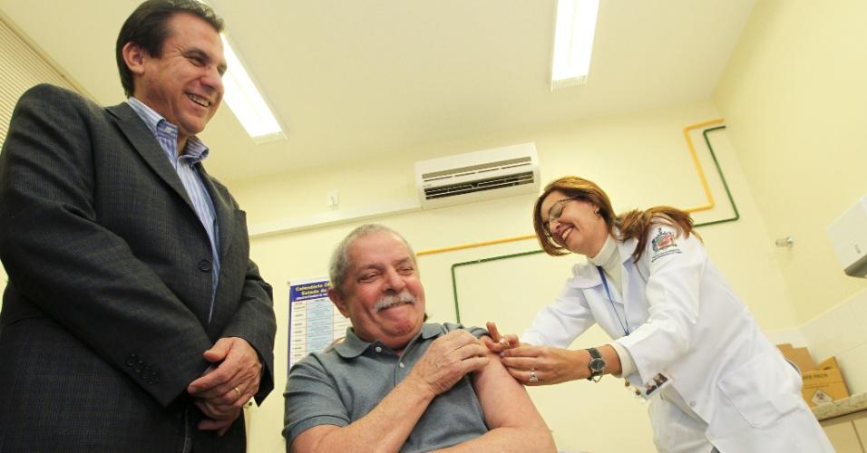 4.jun.2012 - Ex-presidente Lula toma vacina contra gripe em São Bernardo do Campo (SP) ao lado de Luiz Marinho, candidato pelo PT à reeleição na cidade