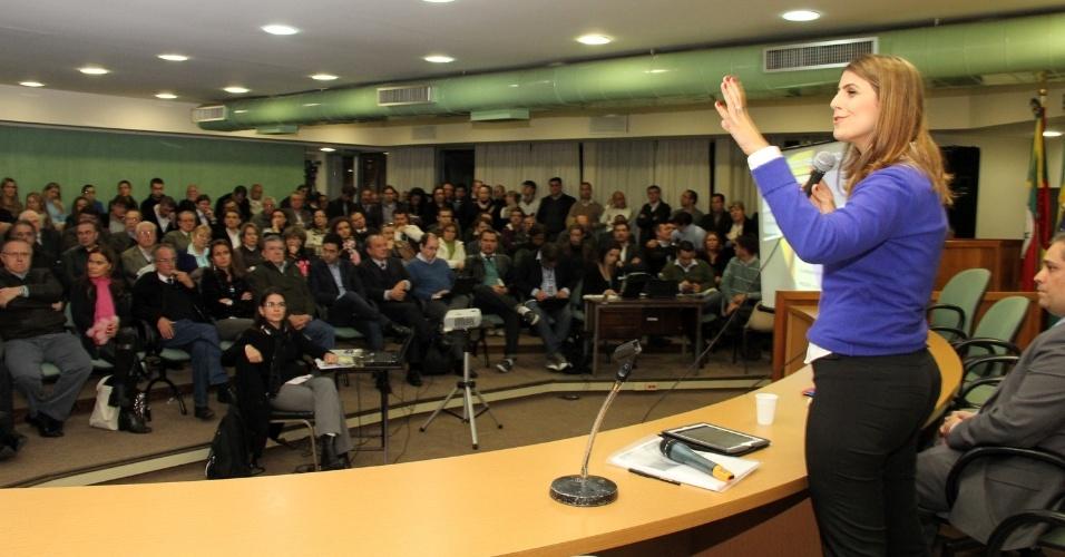 4.jun.2012 - A pré-candidata do PC do B à Prefeitura de Porto Alegre, Manuela D'Ávila, apresenta propostas a integrantes do PP na Câmara dos Vereadores da capital gaúcha