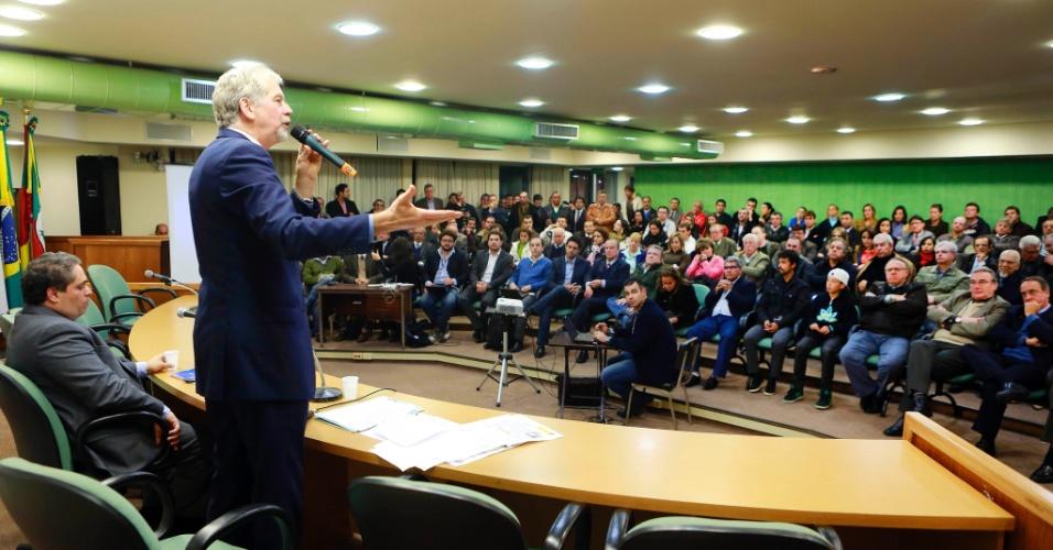 4.jun.2012 - Pré-candidato do PDT, José Fortunati, apresenta propostas a integrantes do PP na Câmara dos Vereadores de Porto Alegre