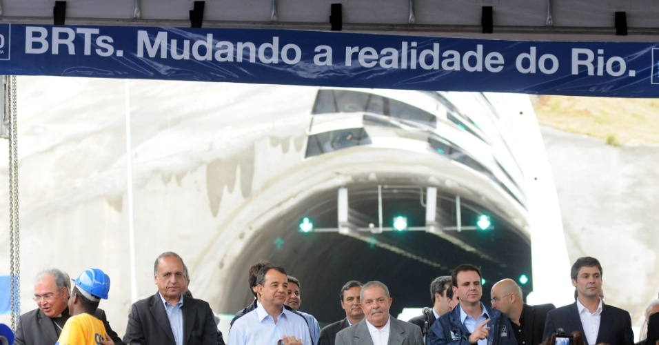 6.jun.2012 - O prefeito do Rio de Janeiro, Eduardo Paes, inaugura o primeiro corredor expresso de Bus Rapid Transit (BRT), que começa a operar de forma experimental nesta quarta-feira. O ex-presidente Luiz Inácio Lula da Silva e o governador Sérgio Cabral também participaram do evento