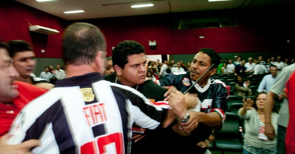 10.jun.2012 - Durante convenção para sacramentar o nome de Lúdio Cabral como candidato do PT à Prefeitura de Cuiabá (MT), militantes de diferentes correntes petistas trocaram acusações e empurrões