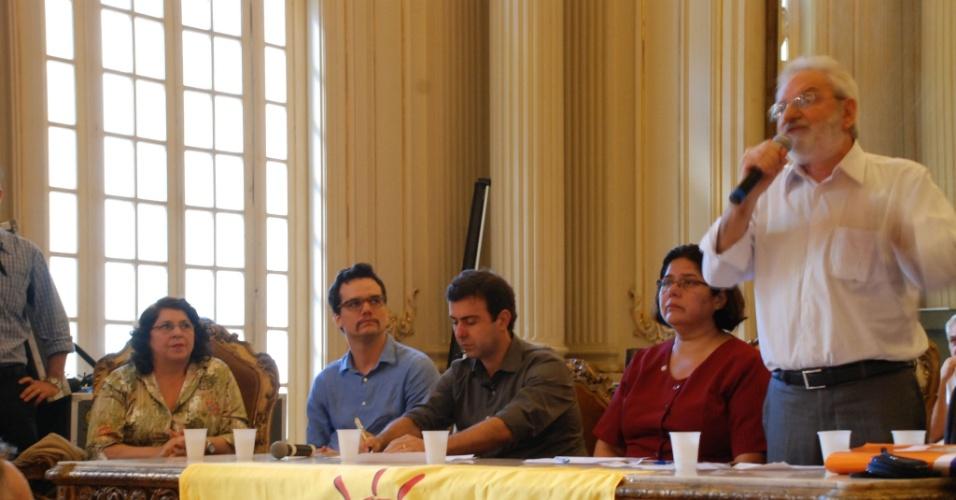 11 jun. 2012 - Deputado estadual Marcelo Freixo (PSOL) (sentado ao centro), ao lado do ator Wagner Moura, no lançamento da candidatura de Freixo à Prefeitura do Rio
