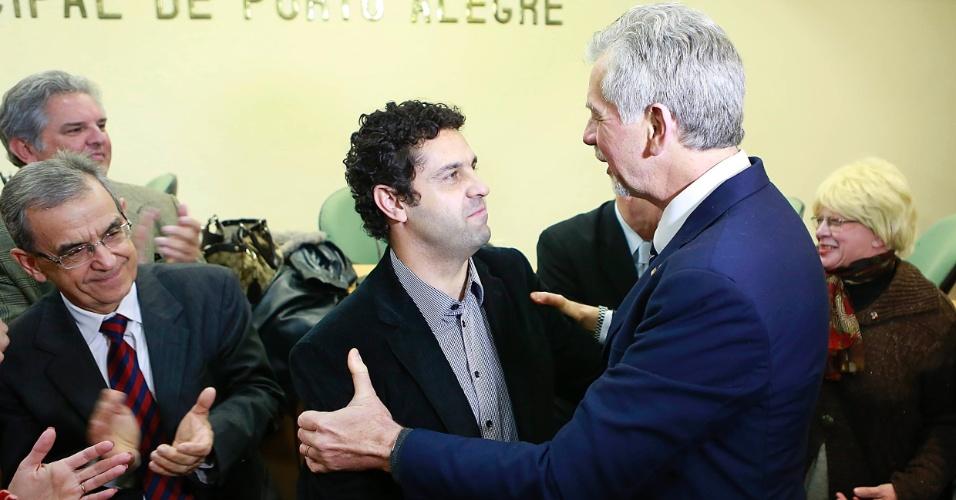11.jun.2012 - O prefeito de Porto Alegre José Fortunati (PDT) cumprimenta o presidente em exercício do PP de Porto Alegre, o vereador Kevin Krieger, após o partido anunciar apoio à sua reeleição