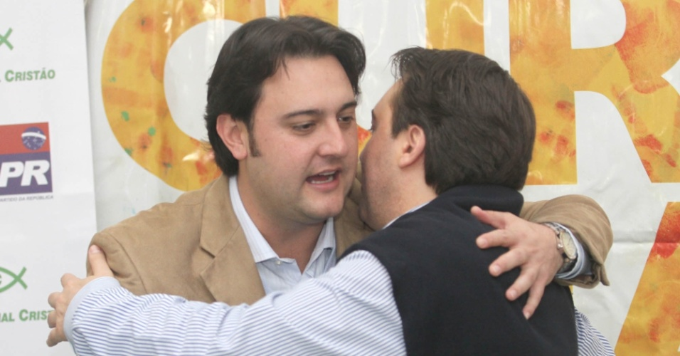 11.jun.2012 - Pré-candidato pelo PSC à Prefeitura de Curitiba, Ratinho Júnior, recebe um abraço do presidente estadual do PR, deputado federal Fernando Giacobo (de costas)