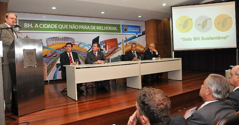 5.jun.2012 - O prefeito de Belo Horizonte e candidato à reeleição, Márcio Lacerda (à esq), do PSB, discursa durante evento sobre questões ambientais e concede o certificado em sustentabilidade ambiental a 12 empreendimentos do município. Nas últimas pesquisas Lacerda tinha 50,2% da preferência do eleitorado