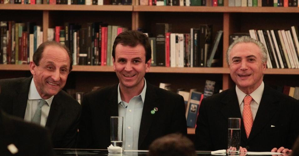 11.jun.2012 - O prefeito do Rio de Janeiro e candidato à reeleição, Eduardo Paes (ao centro), do PMDB, participa da cerimônia de abertura da exposicao Humanidade 2012 no forte de Copacabana, com Paulo Skaff da FIESP, à sua esquerda, e Michel Temer (PMDB) à direita