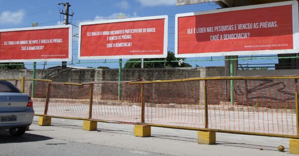 12.jun.2012 - Simpatizantes do prefeito João da Costa (PT) instalaram outdoors com frases criticando a decisão do PT de impôr Humberto Costa como o candidato da legenda à Prefeitura do Recife