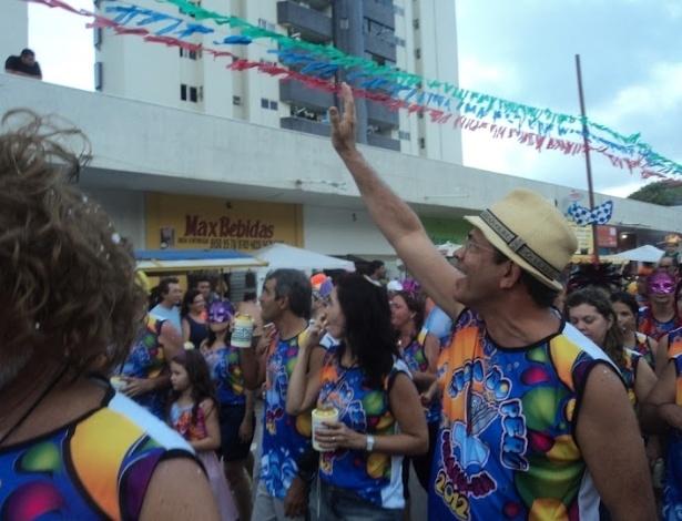 23.fev.2012 - Hermano Morais, pré-candidato do PMDB à Prefeitura de Natal, acena para simpatizantes durante o carnaval. Em pesquisas recentes, ele conta com a preferência de 3,7% do eleitorado