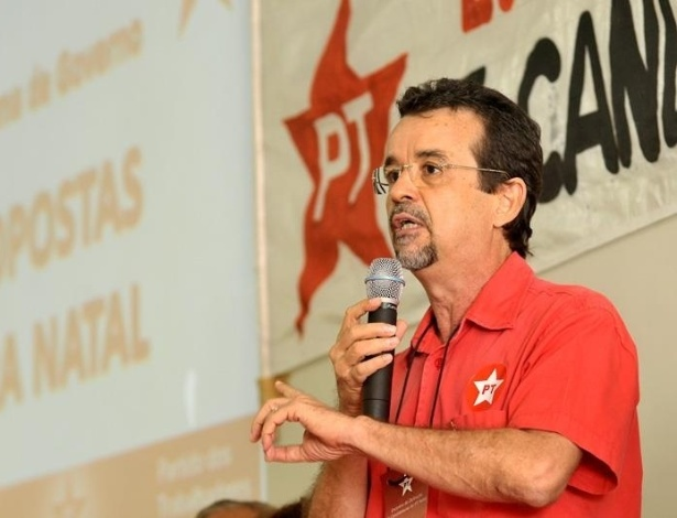 2.jun.2012 - O deputado estadual Fernando Mineiro (PT), discursa durante a reunião do partido que confirmou sua escolha como candidato à Prefeitura de Natal. Atualmente ele está em 5º lugar nas pesquisas eleitorais, com apenas 3% da preferência dos eleitores