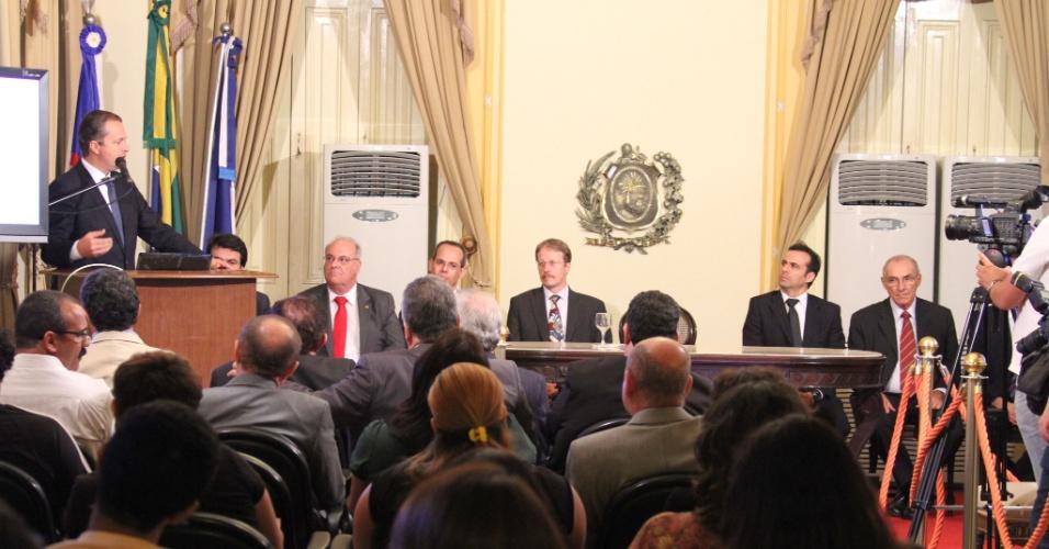 12.jun.2012 - Governador de Pernambuco, Eduardo Campos (à esq.), do PSB, discursa durante evento na capital pernambucana.