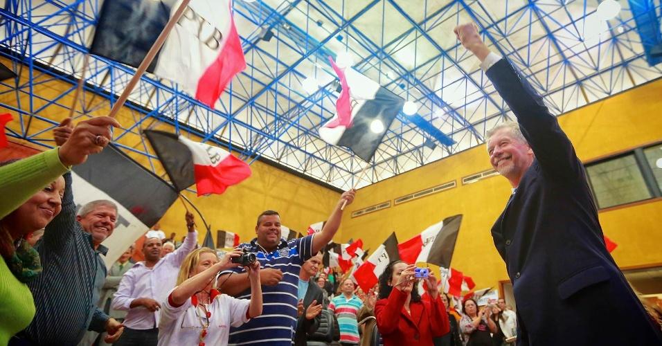 14.jun.2012 - O prefeito de Porto Alegre, José Fortunati (PDT), participa da convenção do PTB na capital gaúcha que declarou o apoio do partido à sua reeleição.