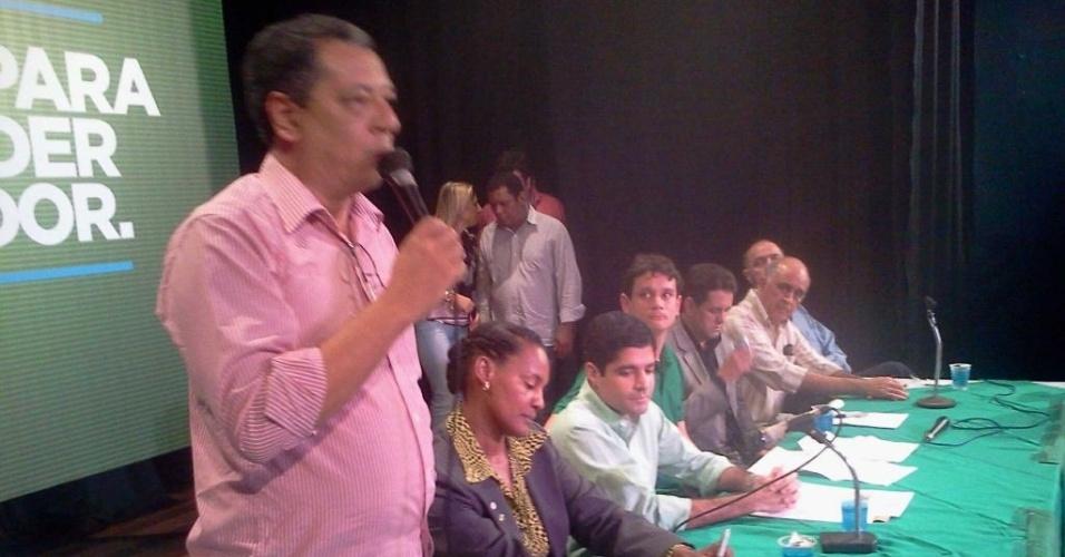 14.jun.2012 - O presidente do PV da Bahia, Ivanilson Gomes (esq.), anuncia o apoio do partido ao pré-candidato do DEM à Prefeitura de Salvador, ACM Neto. O PV também indicou o vice da chapa, Célia Sacramento