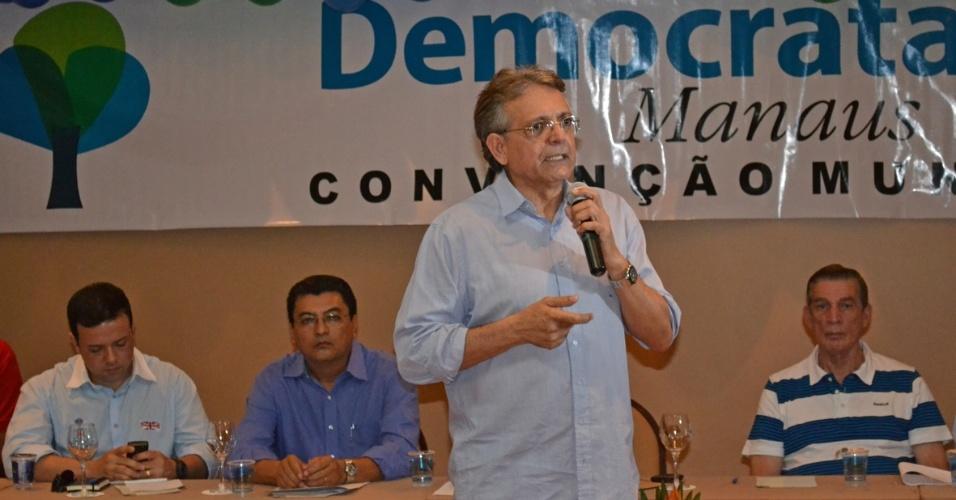 16.jun.2012 - O candidato do DEM à Prefeitura de Manaus, Pauderney Avelino, discursa durante convenção do partido neste sábado (16)