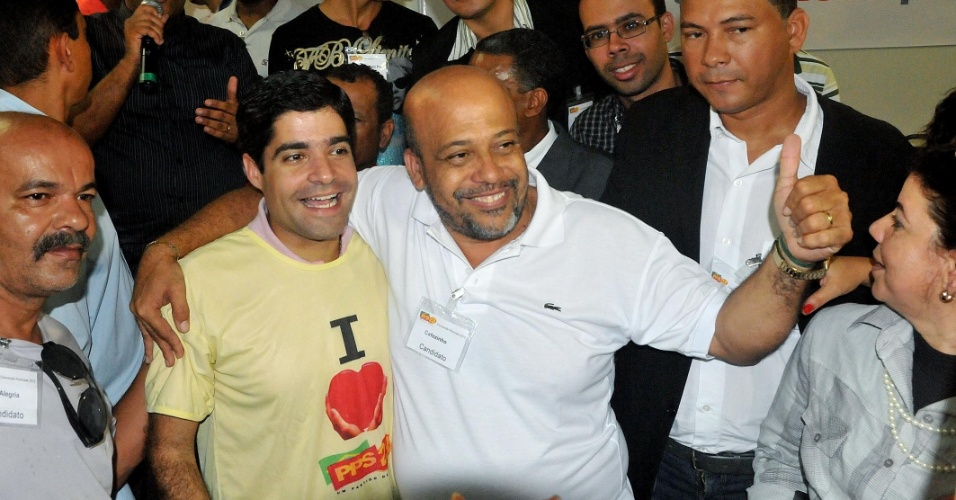 16.jun.2012 - O deputado federal ACM Neto (de camiseta amarela), do DEM, recebeu neste sábado (16) o apoio do PPS à sua candidatura a Prefeitura de Salvador, durante a convenção municipal da sigla